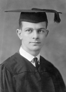 LinusPaulingGraduation1922